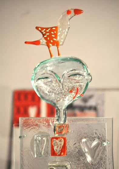 Роксолана Худоба. Скульптура «Двоє з птахом»(фрагмент), 2013. Скло, гута, фьюзінг.