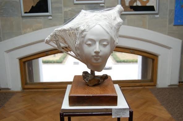 Дарія Альошкіна. Невідома, 2007. Гипс, нитки, камінь