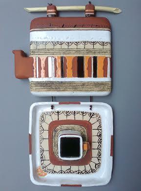 Декоративне панно «Ранковий самоаналіз», 2013. Ручна ліпка. Матеріали: шамотна маса, ангоб, емалі. Додаткові матеріали: дерево, скло, шнур.