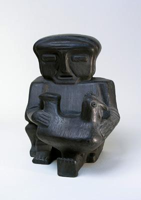 Ярослава Мотика. Баба з куркою, 1985. Глина, лощення, димлення. Висота: 32 см