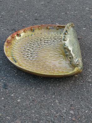 Декоративна таріль «Мушля», 2011. Техніка: набивка у форму, ручна ліпка, відновний випал. Матеріали: шамотна маса, глазурі, емаль.