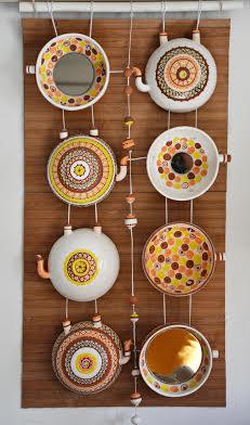 Анна Чавус. Декоративне панно «За чаєм», 2013. Техніка: лиття у форми. Матеріали: фаянс, ангоби, емалі. Додаткові матеріали: скло, шнур, метал.