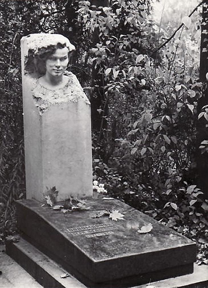 Луїза Штеренштейн. Надгробок В. Абліцевій, 1961, Личаків; мармур
