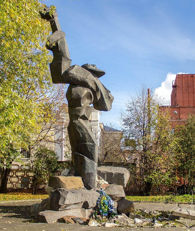 Луїза Штеренштейн. Пам'ятник жертвам гетто Львів, 1992; кована мідь