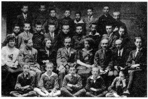 Учні та викладачі єврейської гімназії на вул. Зигмунтовській (тепер ліцей №52, вул. Гоголя, 17) Крайній праворуч - Еміль Кунке.